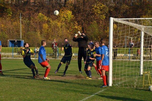 Smolný zápas. Na jeseň inkasovala Rožňava gól po priamom kope na konci polčasu. Po obrátke bola lepšia, no hráči gól dať nevedeli.