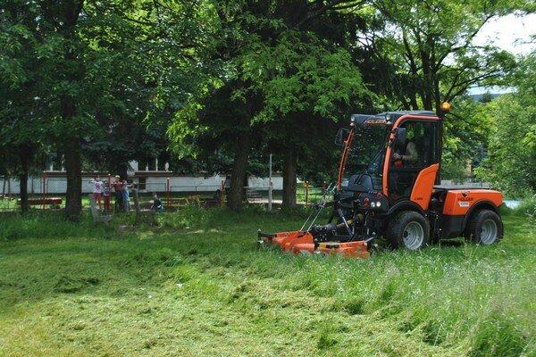 Kosačka-traktor. Technika už zarezáva.