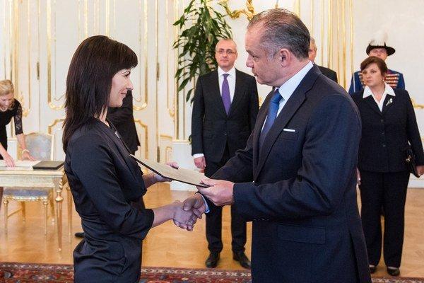 Novovymenovaná sudkyňa bez časového obmedzenia Monika Kráľová a prezident SR Andrej Kiska.
