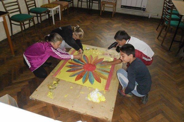 Kvetinová mandala. Ruku k dielu pridali chlapci aj dievčatá.