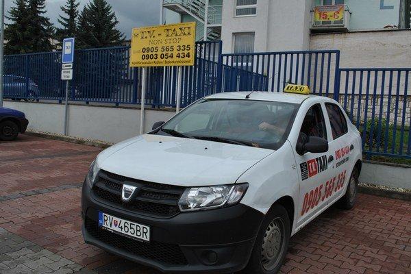 Taxi v Rožňave. V rámci mesta je vymedzených niekoľko parkovísk pre taxíky.