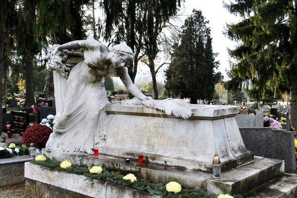 Náhrobok Ilony Pósch. Nádherný sarkofág z kararského mramoru.