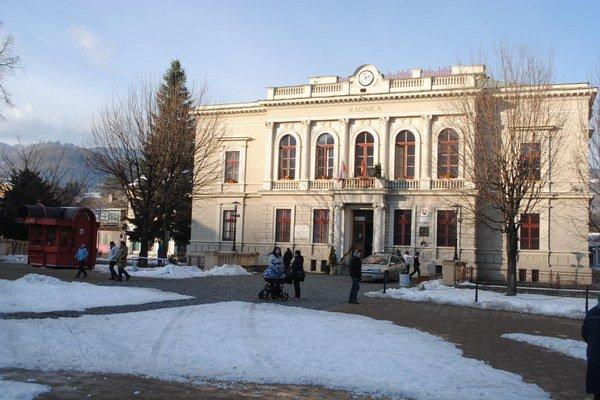 Mestský  úrad v Dobšinej bude fungovať s novou organizačnou štruktúrou.
