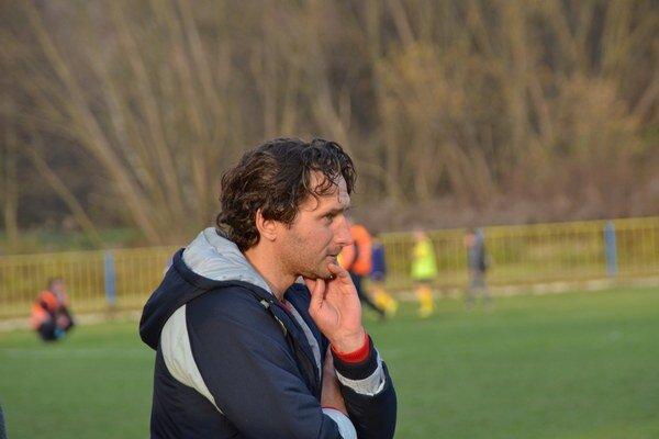 Zamyslený. Tréner SP MFK Rožňava Branislav Kuzma.