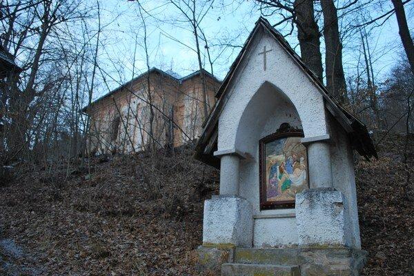 Rožňavská baroková kalvária. Budova kalvárie chátra. Zachovalé sú už len niektoré z kaplniek.