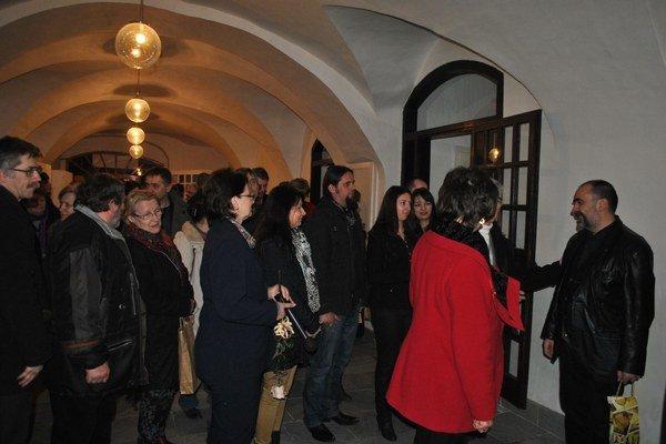 Blahoželanie k jubileu. Návštevníci zablahoželali maliarovi k okrúhlemu výročiu.