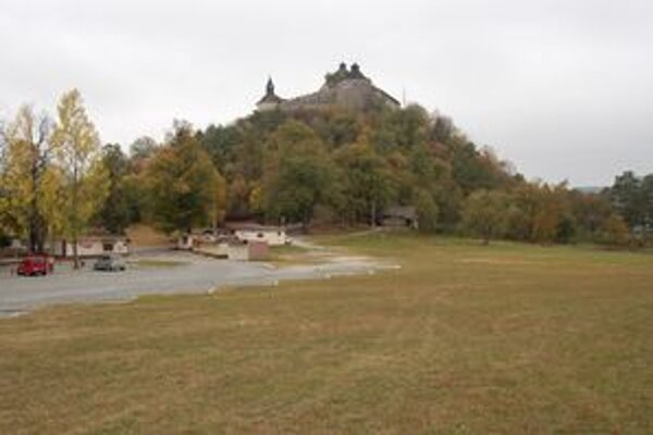 Areál pod hradom. Má tu vyrásť javisko aj turistické centrum. Jeho prevádzkovateľom bude OZ Tri Ruže.