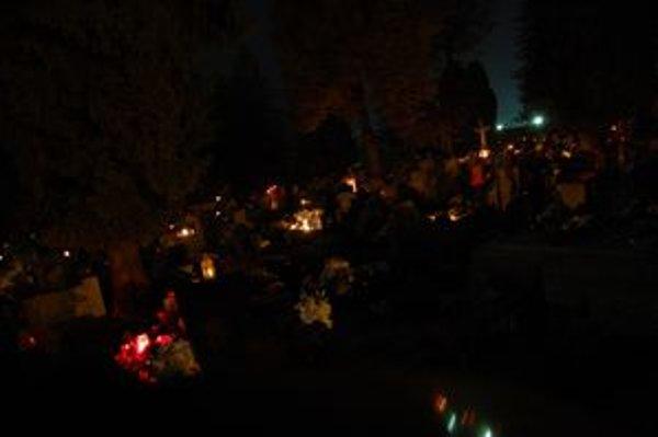 Hororová atmosféra. Ak nemáte baterku, jediným svetlom sú horiace sviečky.