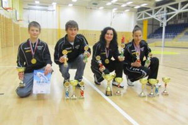 Úspešná výprava rožňavského Taekwondo Hakimi, zľava J. Hölcz, A. Angyal, trénerka N. Kiššová a R. Lebovská.