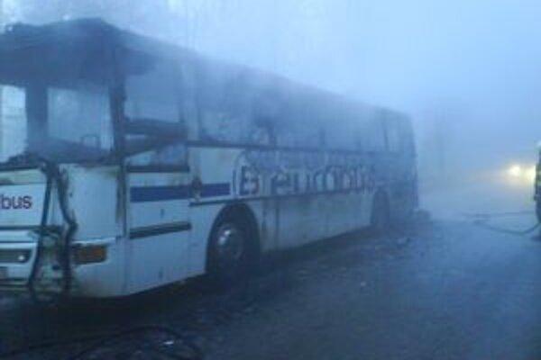 Zhorel do tla. Požiar vypukol v zadnej časti autobusu.