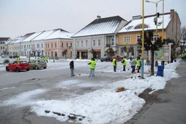 Pripravovali námestie. Ráno usilovne rozbíjali hrubú vrstvu ľadu.