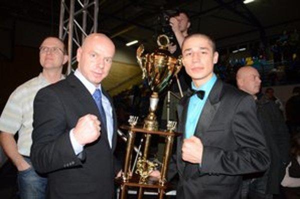 Ladislav Doky Tóth s pohárom pre najúspešnejšieho kickboxera.