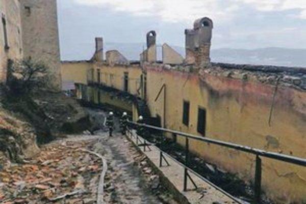 Horeli najmä drevené strechy. V zhorenisku sa povaľujú exponáty.