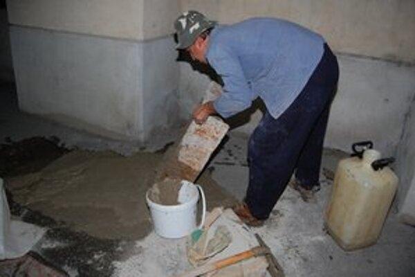 Milan Capák nečakal, kým mesto chodník opraví. Postaral sa o to sám.