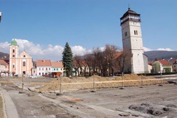 Rekonštrukcia námestia. Poriadne sa ani nezačala a mesto už platí.