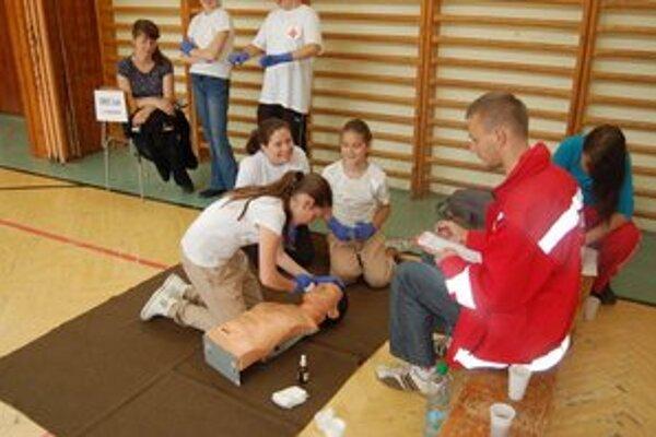 Mladí zdravotníci. Vyskúšali si svoje zručnosti v súťaži medzi školami.