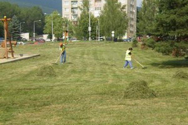 Aktivačné práce. Pracovníci zabezpečujú aj čistotu v meste.