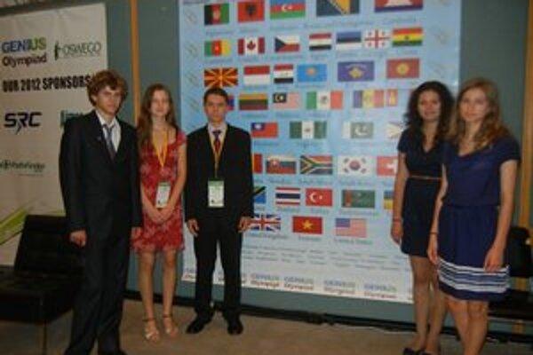 Súťažiaci. Piati Slováci, ktorí sa medzinárodnej súťaže zúčastnili. (prvý z ľava Lörinčik ml., tretí z ľava Tkáčik)