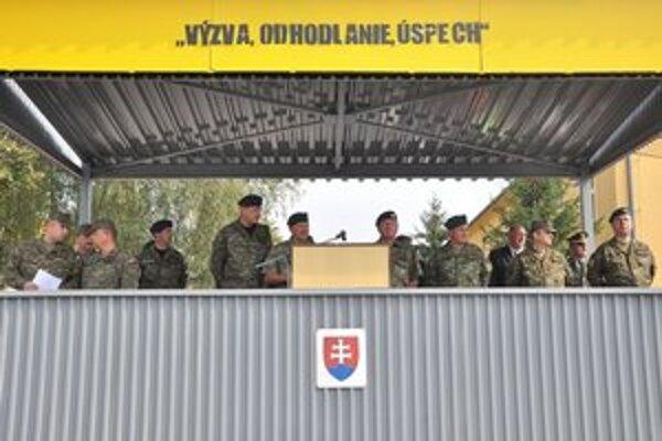 Tribúna. S vojakmi sa prišli rozlúčiť predstavitelia Ozbrojených síl SR.