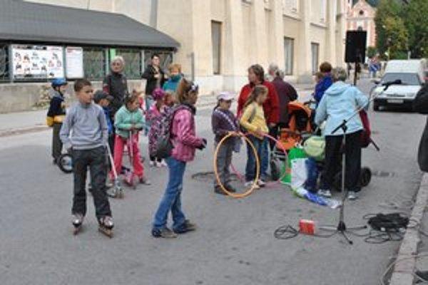 Deň bez áut. Deti prišli na korčuliach, ale aj kolobežkách.