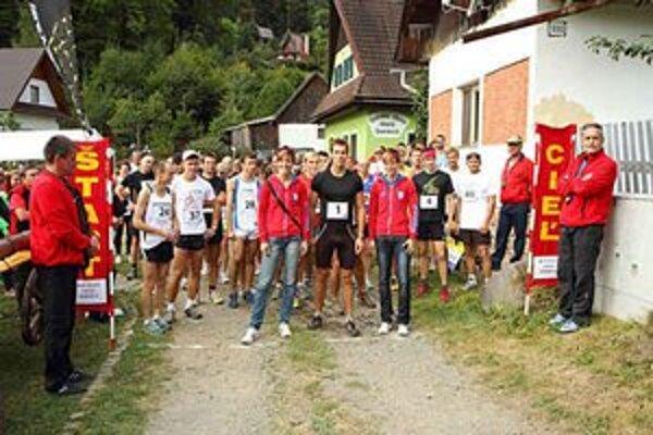 Pred štartom. Dobšinskú desiatku v tomto roku prišli podporiť aj slovenskí olympionici, Janka a Danka Velďákové a Peter Mlynár.