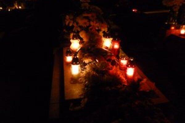 Pamiatka zosnulých. Zapálením sviečok si ľudia uctia svojich najbližších.