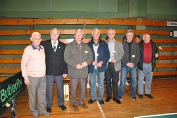 Ocenení veteráni. Zľava Augustín Husár, Ján Kováč, Štefan Macko, Štefan Králik, Viktor Baláž, Ján Gallo st. a Rudolf Repiský.