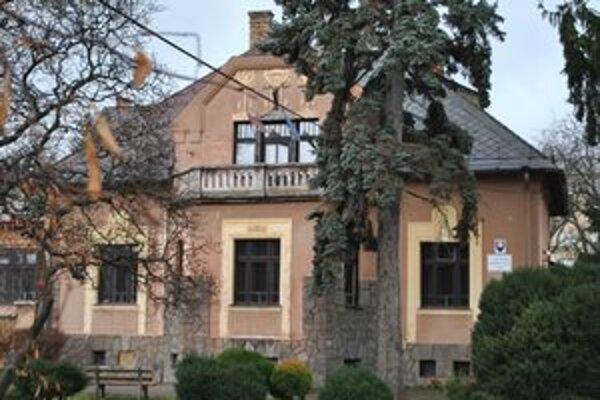 Centrum voľného času. Aj táto budova na Šafárikovej ulici je nepotrebným majetkom spolu s turistickou ubytovňou.