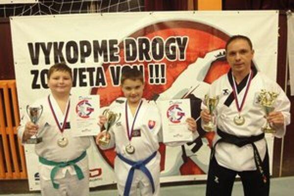 Medailisti. Úspešná výprava Koryo Panters Taekwondo, zľava F. Bakoš, G. Hiczér a G. Hiczér st.