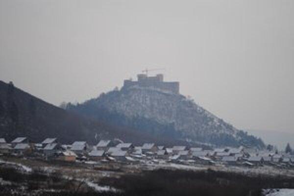 Osada pod hradom. Nachádza sa tu asi 170 domov.