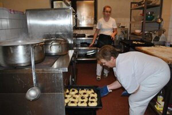 Príprava obeda. Seniori k dennému menu dostali aj domáce moravské koláče.