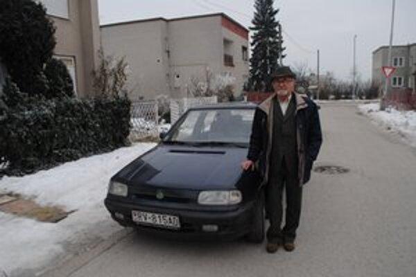 Árpád Kavečanky. Má úctyhodný vek 79 rokov, denne ešte jazdí na svojej škodovke.