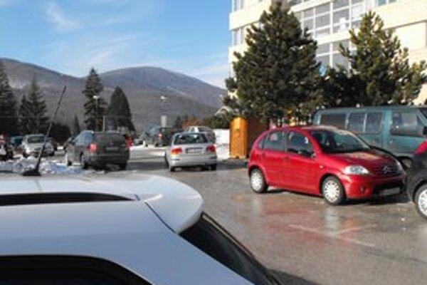 Parkovanie. Poslanecký návrh zrušiť služobné parkovanie karty, teda parkovanie zadarmo u vybraných ľudí, neprešiel.