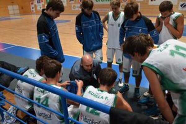 Tréner M. Černický dáva pokyny svojim zverencom.