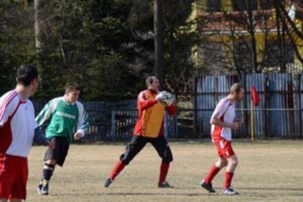 Brankár OFK Vyšná Slaná Roman Lindák nielenže dostal najmenej gólov, ale navyše skóroval aj on. Keď premenil penaltu do siete Dediniek.