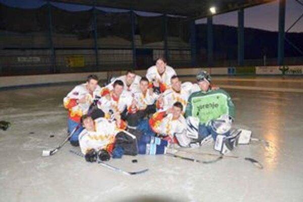 Víťazi. Časť mužstva Ladux, ktoré zvíťazilo v GAHL.