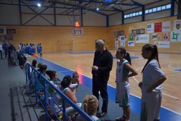 Verí im. Tréner L. Šimko verí, že sa dievčatá zlepšia, v tréningoch i zápasoch.