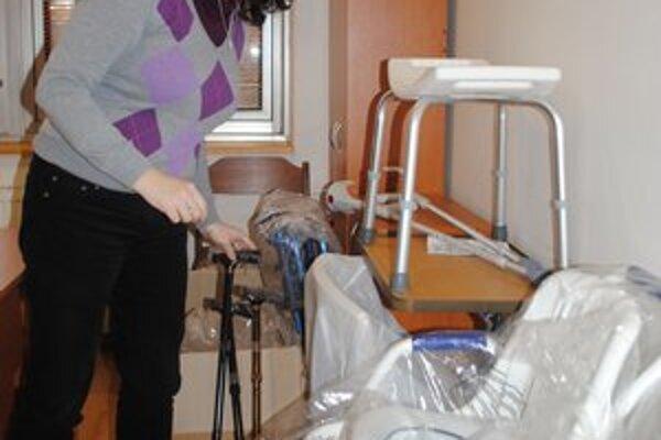 K. Valková. Pri vybaľovaní zdravotných pomôcok.
