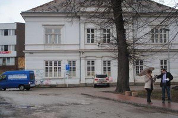 Súčasné sídlo ZUŠ je v budove na Normovej ulici.