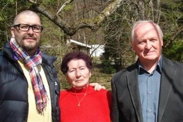 Spomienka na natáčanie. G. Jergová (uprostred) s J. Žídekom (vľavo) a starostom Júliusom Farkašovským.
