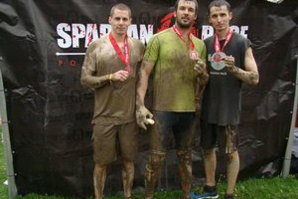 Zablatení, ale spokojní. V cieli Spartan Race M. Vasas (v strede), M. Halko (vpravo).