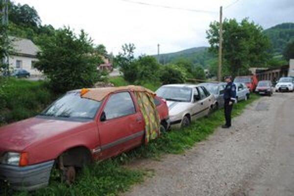 Rarita. Šesť nepojazdných áut na jednom mieste pri potoku.
