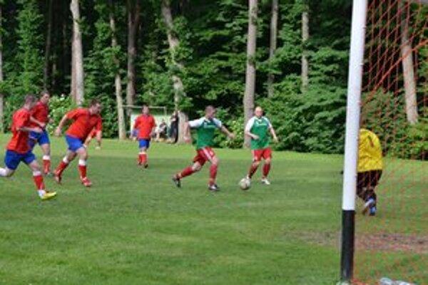 Ako diváci. Pri góle I. Lörincza sa hráči Dediniek len pozerali. Betliar po ňom viedol 4:0.
