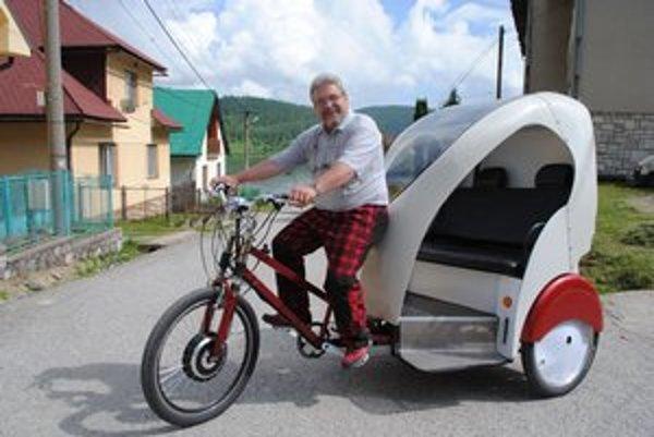 M. Černický pri jazde na cyklorikši.