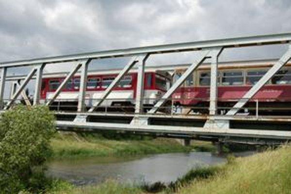 Mosty. Na trase od Jesenského po Gemerskú Hôrku je niekoľko mostov ponad rieku Slaná. Stopy po ropných látkach sa v nej nezistili.