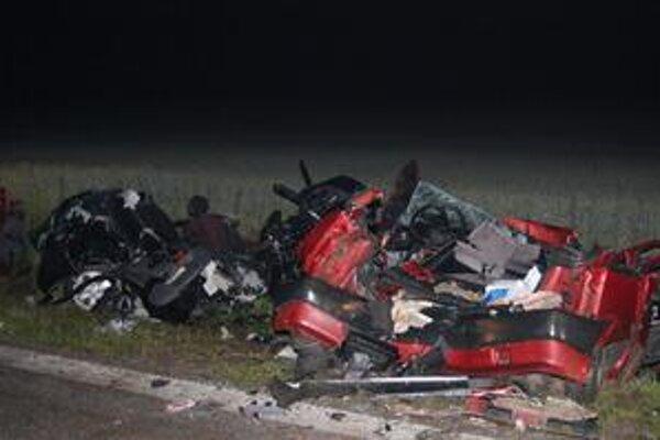 Obe autá vyhodilo po zrážke z cesty do priekopy.