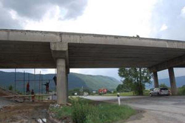 Most. Investorom je Slovenská správa ciest, zhotoviteľom spoločnosť Skanska.