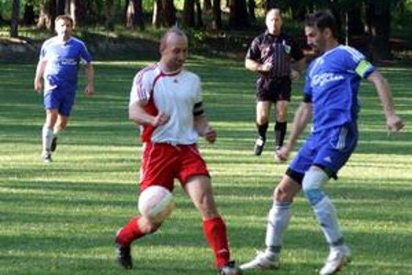 Súboj kapitánov. Zápas v Betliari priniesol aj súboj M. Fifika (vľavo) s V.