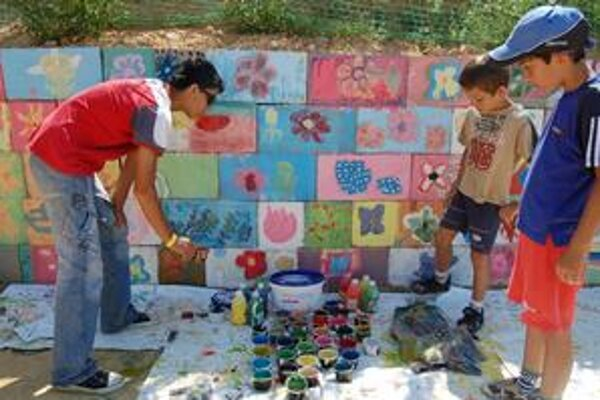 Maľovanie na stenu. Patrilo k doplnkovým činnostiam v tábore.