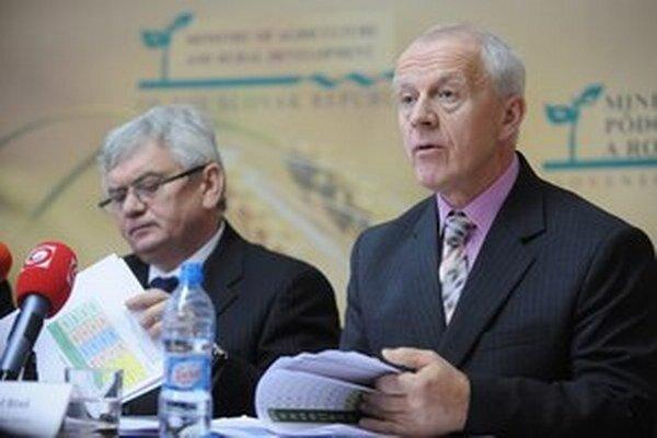 Minister Jahnátek a šéf kontrolórov Jozef Bíreš tvrdia, že kontrola potravín je sprísnená.